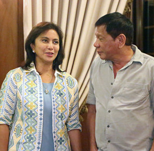 Filipinler Devlet Başkanı Duterte (sağda) ile yardımcısı Leni Robredo (solda)