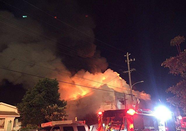 ABD'nin Oakland kentindeki konserde çıkan yangına müfdahale eden itfaiye ekipleri saatlerce uğraştı