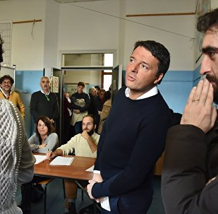 İtalya'da Başbakan Matteo Renzi, 'tarihi' referandumda oyunu kullanırken.