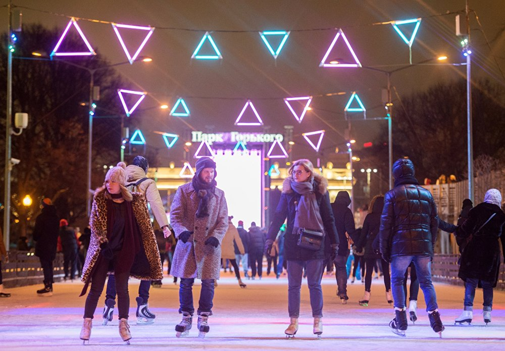 Moskova'daki Gorki Park'ta bulunan buz rinki