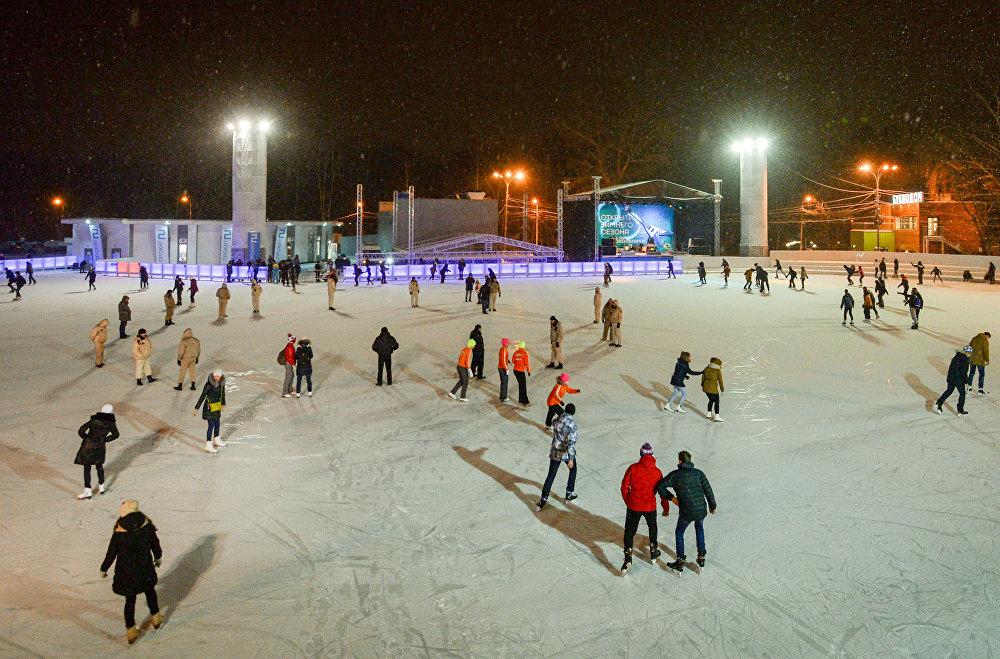 Moskova'daki Sokolniki Park'ta bulunan buz pisti