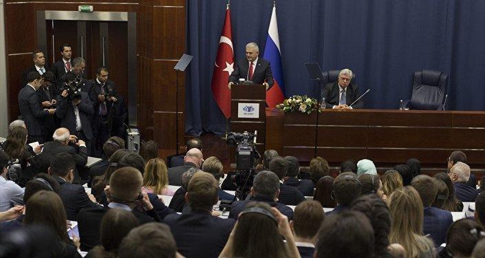 Başbakan Binali Yıldırım, Rusya'da Devlet Diploması Enstitüsü'nde konuştu.