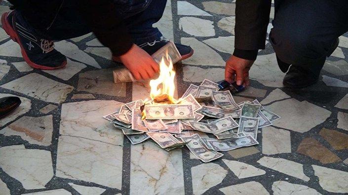 Mersin'de düğün salonu sahipleri sahte dolar yaktı.