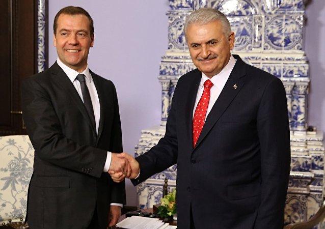 Başbakan Binali Yıldırım, Rusya'ya gerçekleştirdiği resmi ziyaret kapsamında mevkidaşı Dmitriy Medvedev ile bir araya geldi.