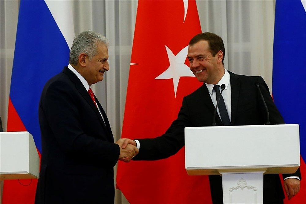 Başbakan Binali Yıldırım, Rusya'ya gerçekleştireceği resmi ziyarette mevkidaşı Dmitriy Medvedev ile bir araya geldi. Yıldırım ve Medvedev görüşmenin ardından ortak basın toplantısı düzenledi.