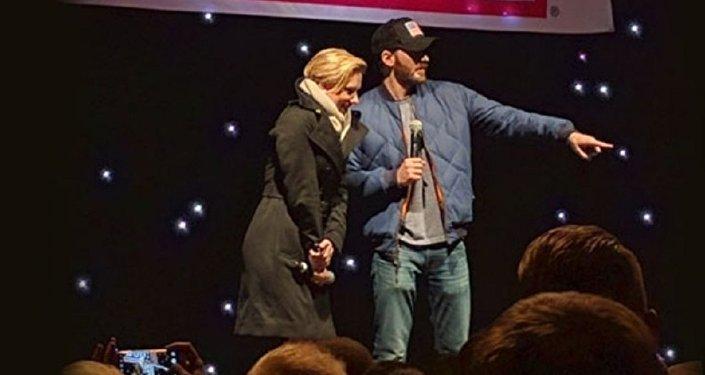Hollywood yıldızları Scarlet Johansson ve Chris Evans, İncirlik'teki ABD askeri üssünde şov düzenledi