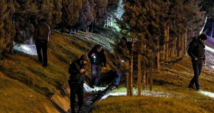 Polis ekipleri, silahlı saldırı girişimi sonrası yol kenarında incelemelerde bulundu.