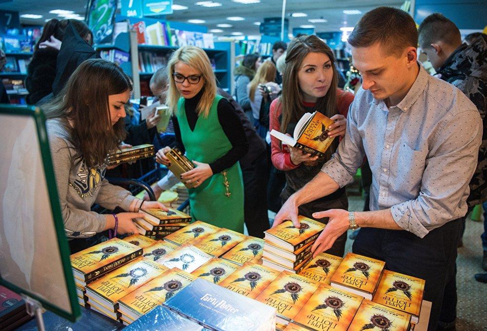 İngiliz yazar J.K Rowling'in ilk 7 kitabı satış rekorları kıran Harry Potter serisinin yeni kitabı 'Harry Potter ve Lanetli Çocuk', Rusya'daki raflarda yerini aldı.