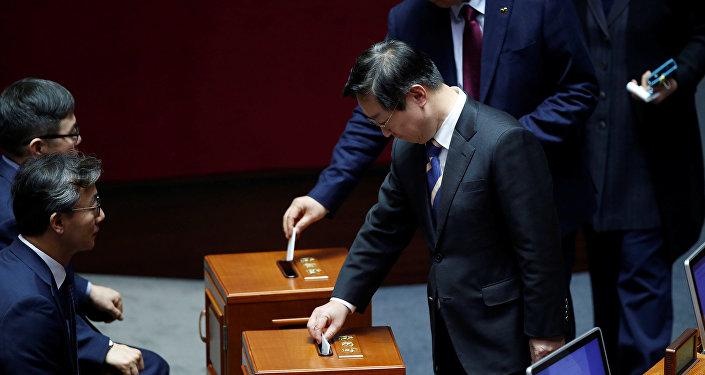 Güney Kore Parlamentosu Devlet Başkanı Park'ın azlini onayladı