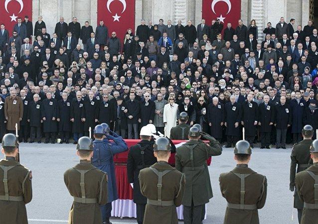 Eski TBMM Başkanı ve eski bakanlardan İsmet Sezgin, son yolculuğuna Meclis'te düzenlenen devlet töreniyle uğurlandı.