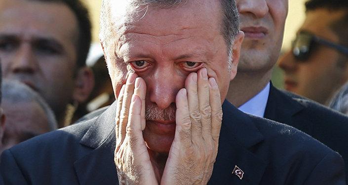 Cumhurbaşkanı Recep Tayyip Erdoğan, darbe girişimi sırasında öldürülen Mustafa Cambaz ile Erol ve Abdullah Olçak'ın cenazesinde gözyaşlarına hakim olamadı.