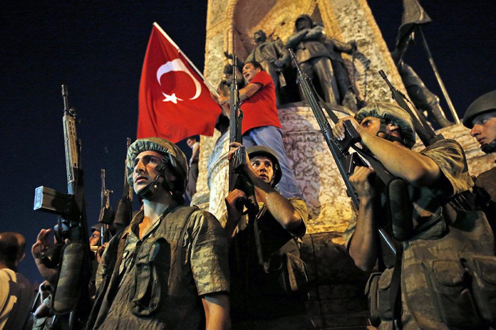 Darbe girişimi gecesi Taksim Meydanı'na çıkan askerler