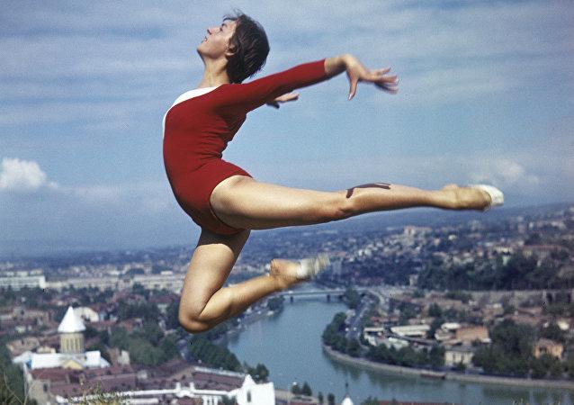 Gürcistan'ın başkenti Tiflis'te bir cimnastikçi (1974)