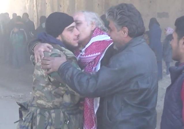 Suriyeli asker, Halep'in özgürleştirilmesinin ardından 5 yıldır görmediği ailesine kavuştu