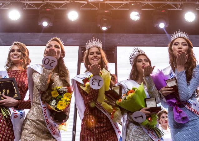 Rusya'nın başkenti Moskova'da dün düzenlenen 'Rusya Güzeli 2016' yarışmasında, Rus güzeller podyumun tozunu attırdı.