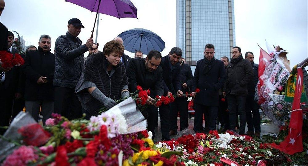 Türk-Rus Toplumsal Forumunun Rus Kanadı Eş Başkanı Lyubov Glebova ve beraberindeki heyet, Beşiktaş'ta terör saldırısının yapıldığı Şehitler Tepesi'ni ziyaret ederek çiçek bıraktı.