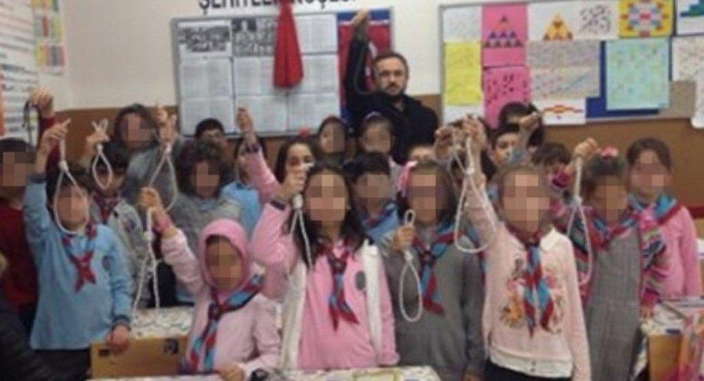 İstanbul'da Aydın Erekmen adlı bir öğretmen, ilkokul öğrencilerinin eline urganlar vererek fotoğraf çektirdi ve bunu sosyal medyada paylaştı.