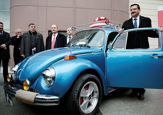 Keçiören Belediyesi'nce başlatılan 'Milli Paramız, Milli Davamız' kampanyasıyla, döviz bozduran vatandaşlar, gerçekleştirilecek çekilişle 1974 model Vosvos kazanma şansı elde edecek.