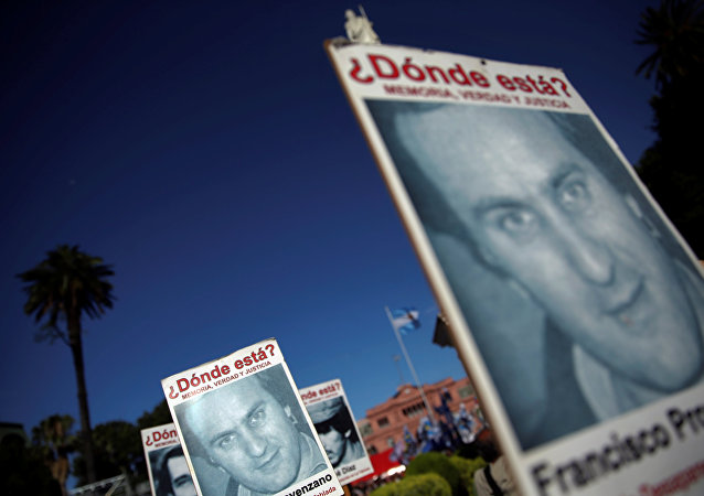 Arjantin'in başkenti Buenos Aires'te her yıl yapılan 'Direniş Yürüyüşü'nde' cunta döneminde kaybedilenlerin afişlerini taşıyan eylemciler