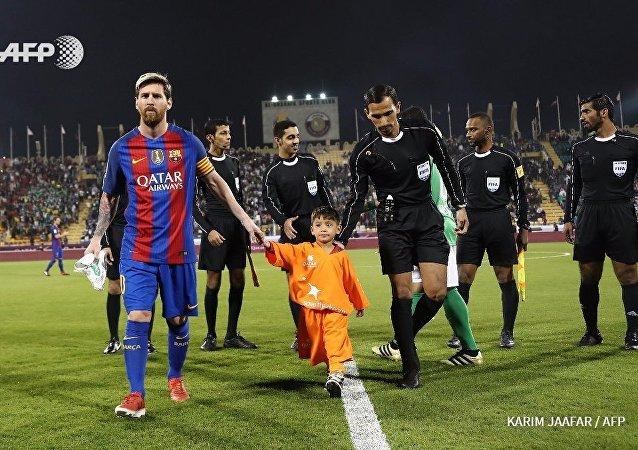 Messi, Afgan hayranı minik Murtaza Ahmedi ile birlikte sahaya çıktı