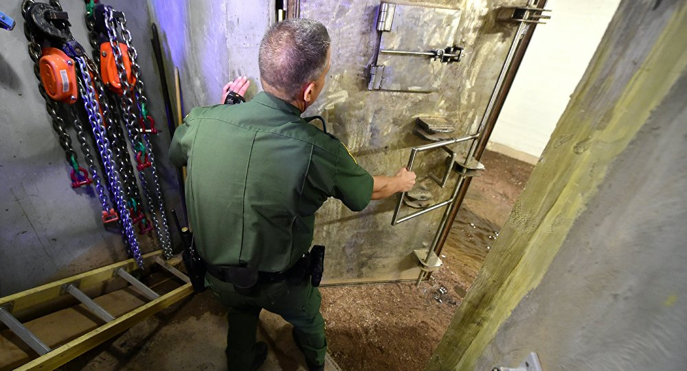 ABD-Meksika sınırındaki tünnellerden birini inceleyen ABD polisi