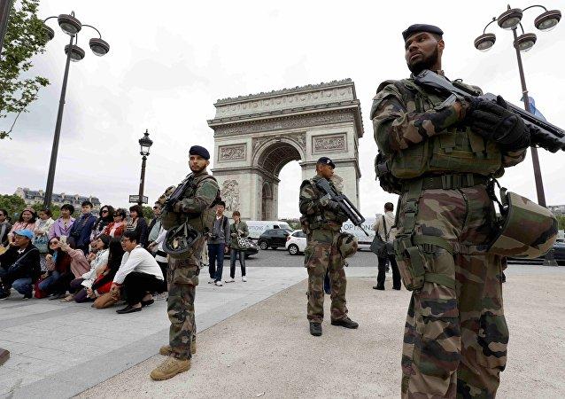 Paris'teki Zafer Takı önünde nöbet tutan Fransız askerleri
