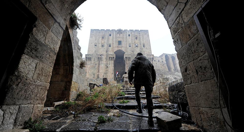 Bir Suriye askeri tarihi Halep Kalesi'nde medya mensuplarını gezdiriyor