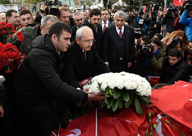 CHP Genel Başkanı Kemal Kılıçdaroğlu, Beşiktaş'ta 37'si polis 44 vatandaşın hayatını kaybettiği saldırının gerçekleştiği noktayı ziyaret etti.