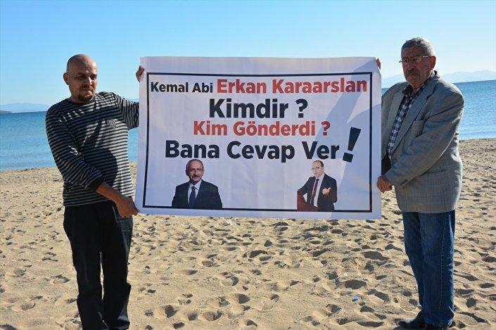 Celal Kılıçdaroğlu, CHP lideri Kemal Kılıçdaroğlu ile FETÖ/PDY'den tutuklu Erkan Karaaslan'ın fotoğraflarının yer aldığı, Kemal abi Erkan Karaaslan kimdir, kim gönderdi bana cevap ver? yazılı döviz açtı.