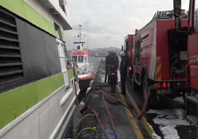 İstanbul Sarayburnu'nda deniz otobüsünden yangın çıktı.