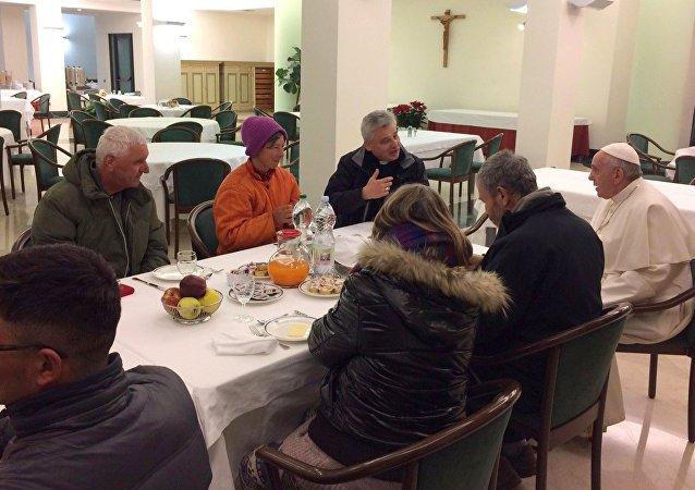Papa, 80. doğumgününü evsizlerle kutladı
