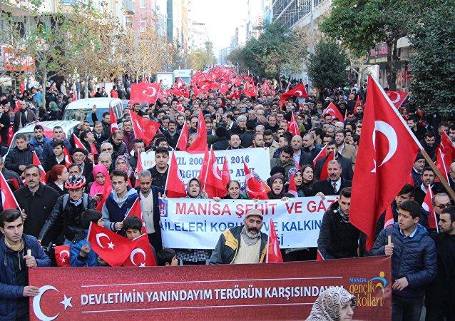 Manisa'da 10 bin kişi teröre karşı yürüdü