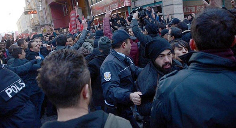 Öfkeli kalabalık HDP binasına saldırdı