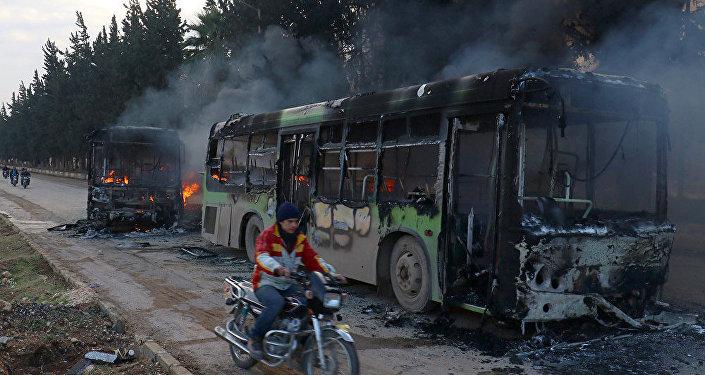 Silahlı militanların İdlib'te yaktığı tahliye otobüsleri