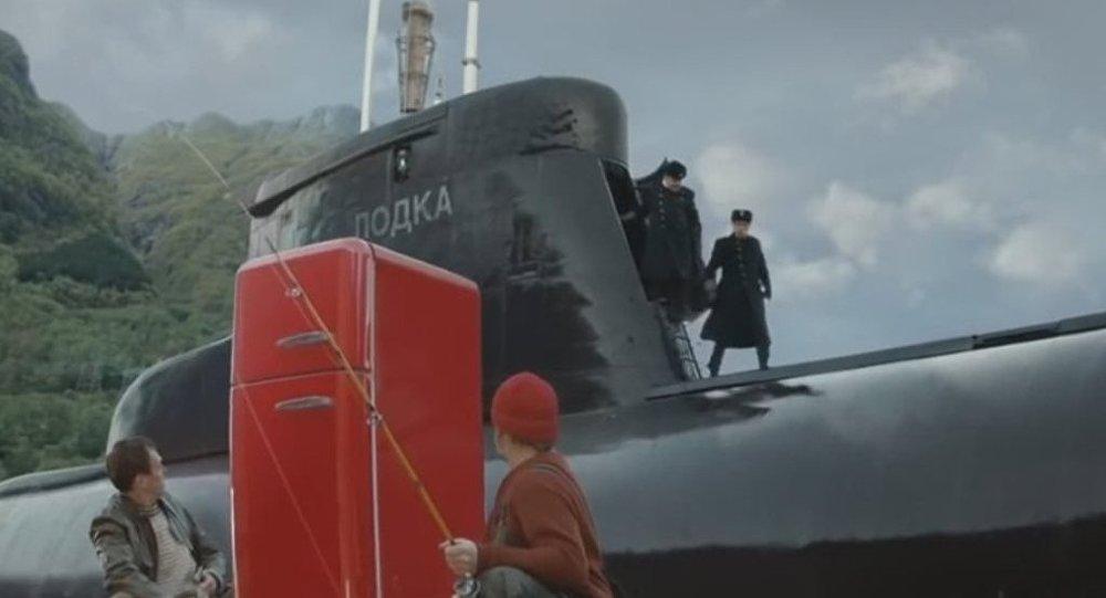 Norveç'te çekilen bir reklam filminde kayıklarındaki buz dolabını satmak isteyen balıkçılar, umulmadık bir anda arkalarından çıkan Rus denizaltısı ile karşılaştı.