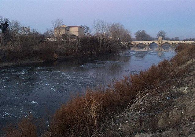 Edirne'de, Tunca Nehri'nin bazı kısımları buz tuttu.