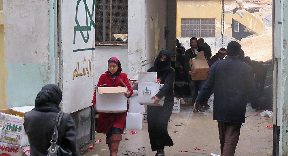 Halep'te insani yardım yapılan siviller