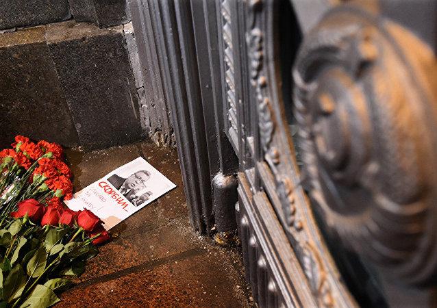 Moskova'daki Rusya Dışişleri Bakanlığı'nın önüne Ankara'da suikaste uğrayan Rus Büyükelçi Karlov için bırakılan çiçekler.