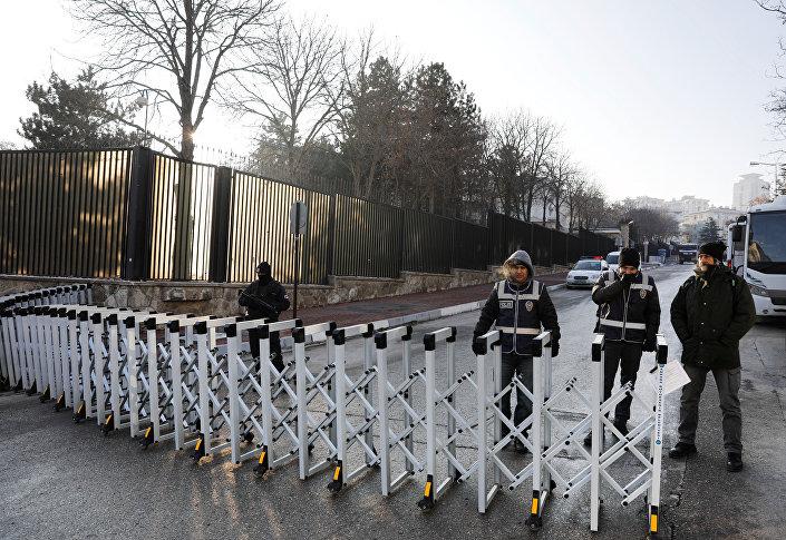 Karlov'un öldürülmesinin ardından Rusya'nın Ankara Büyükelçiliği önündeki güvenlik önlemleri üst seviyeye çıkartıldı.