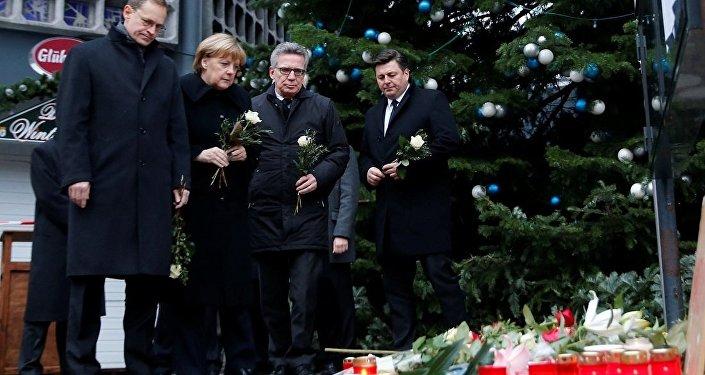 Merkel, Berlin'deki saldırı yerine beyaz gül bıraktı