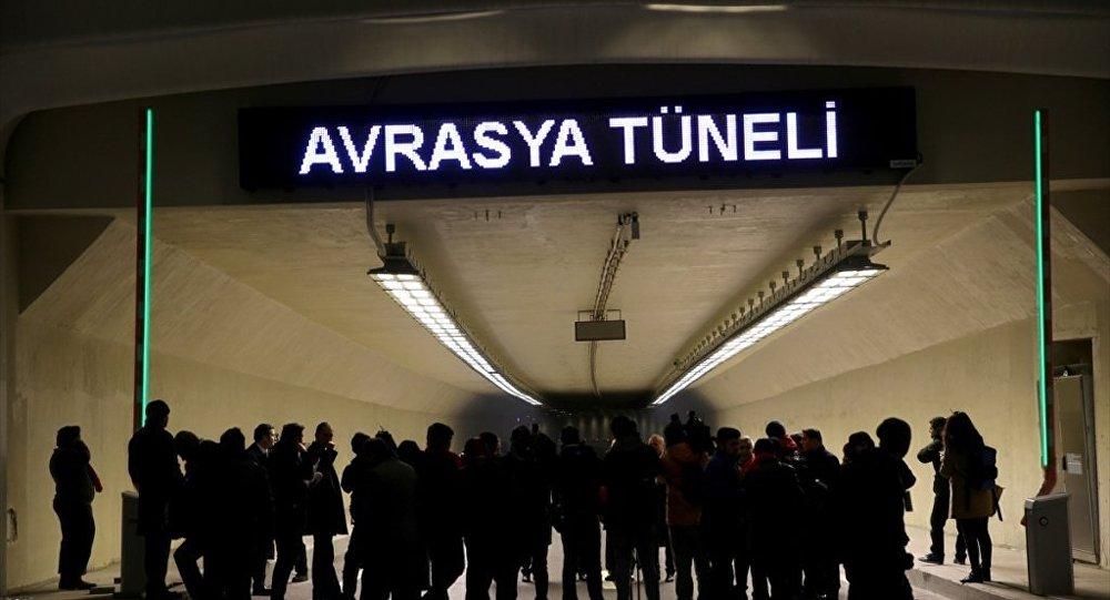 Boğazın iki yakasını iki katlı kara yoluyla denizin altından birbirine bağlayan Avrasya Tüneli için açılış töreni düzenlendi. Gazeteciler, tünelin Avrupa girişinde çekim yaptı.