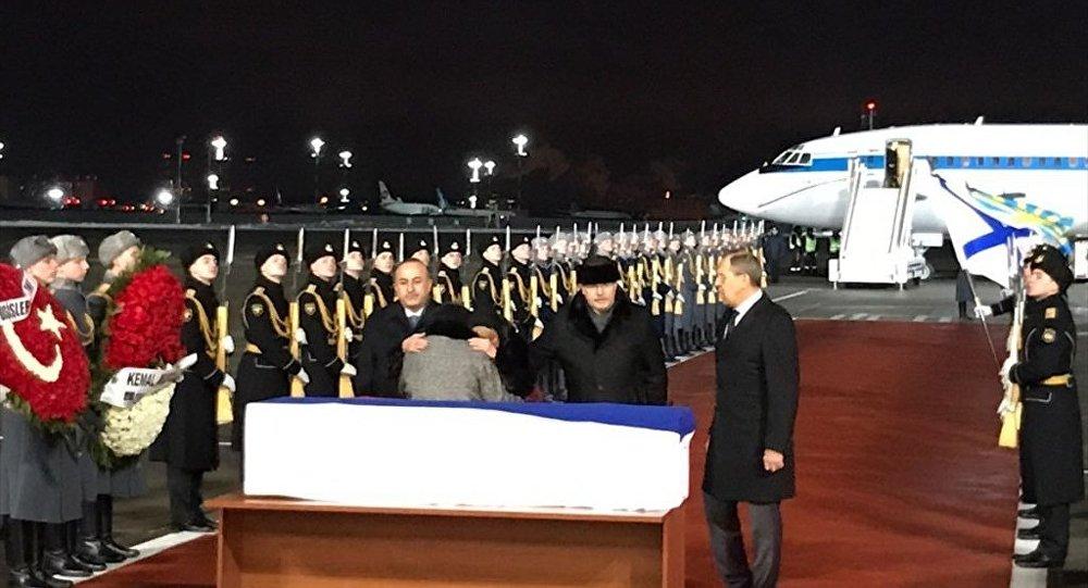 Büyükelçisi Andrey Karlov'un naaşı Moskova'ya getirildi