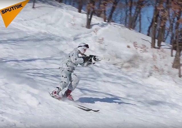 Rus askerler, Elbruz Dağı'nın eteklerinde kayak yeteneklerini sergiledi
