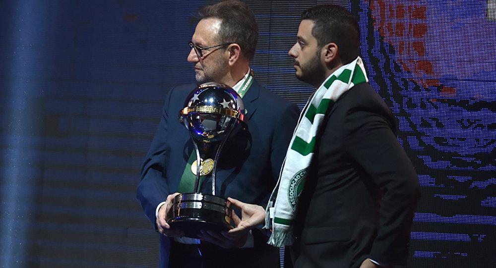 Chapecoense takımının yeni başkanı Plinio David de Nes Filho, 2016 Sudamericana Kupası'nı kabul etti