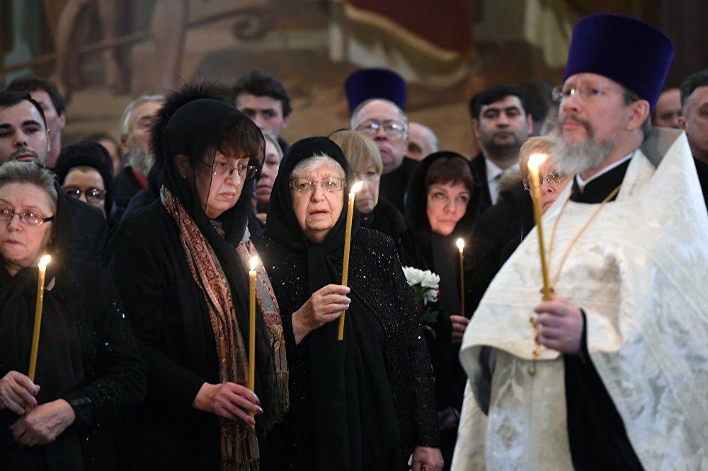 Karlov'un annesi ve eşi cenaze töreninde gözyaşlarını tutamadı.