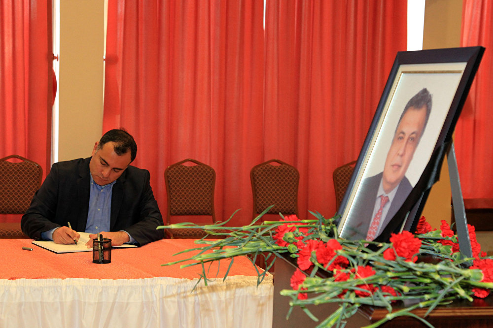 Büyükelçilik mensuplarına Büyükelçi Andrey Gennadiyeviç Karlov'un ölümünden duyduğu üzüntüyü belirten Taşdelen, anı köşesine çiçek bıraktı. Taziye defterine duygularını aktaran Taşdelen şunları kaydetti: