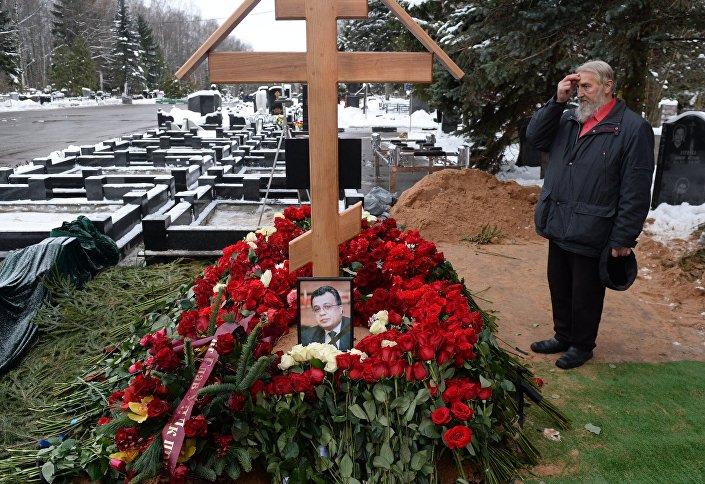 Ruslar, Himkinskoye Mezarlığı'na Karlov'un ziyaret ediyor.
