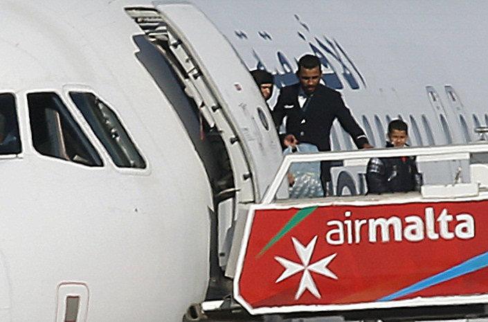Malta Başbakanı Joseph Muscat, uçaktaki kadın ve çocukların bırakıldığını açıkladı.