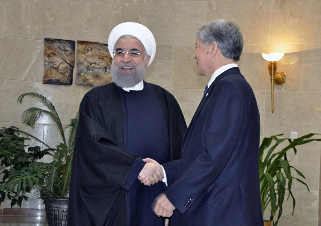 Resmi ziyaret için Bişkek'te bulunan İran Cumhurbaşkanı Hasan Ruhani, Kırgızistan Cumhurbaşkanı Almazbek Atambayev tarafından Cumhurbaşkanlığı Kongre Salonu'nda karşılandı.