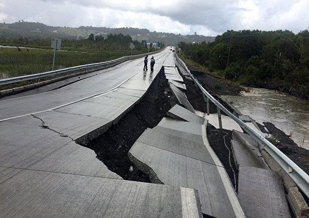 Şili'deki depremin yıktığı bir yol